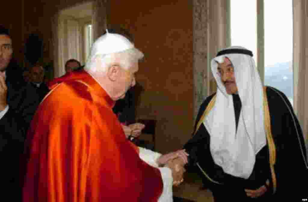 Папа Бенедикт во время переговоров с представителями исламского духовенства в своей летней резиденции в Кастель Гандольфо. 25 сентября 2006 г.