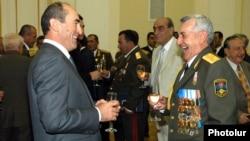 Экс-президент Армении Роберт Кочарян (слева) и экс-министр обороны Армении Микаэл Арутютян (архив)