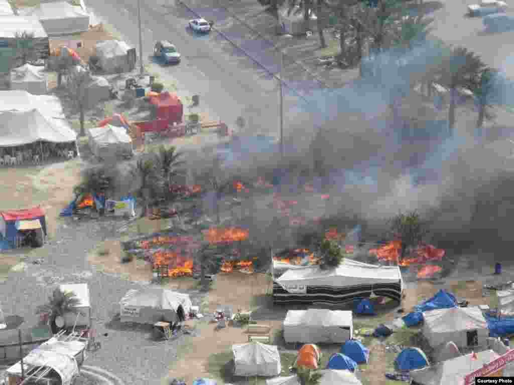 """Бермет аянтындагы окуялар. Ишкер Ник """"Азаттыкка"""" жиберген сүрөттөрдөн. Манама ш., Бахрейн. 16.03.2011. № 5-сүрөт. - 2011-жылдын 16-мартында Бахрейн падышалыгынын коопсуздук күчтөрү шийи араптар басымдуулук кылган демонстранттарды күч менен таркатты. Бермет аянтындагы окуялар. Ишкер Ник """"Азаттыкка"""" жиберген сүрөттөрдөн. Манама ш., Бахрейн. 16.03.2011. № 5-сүрөт."""