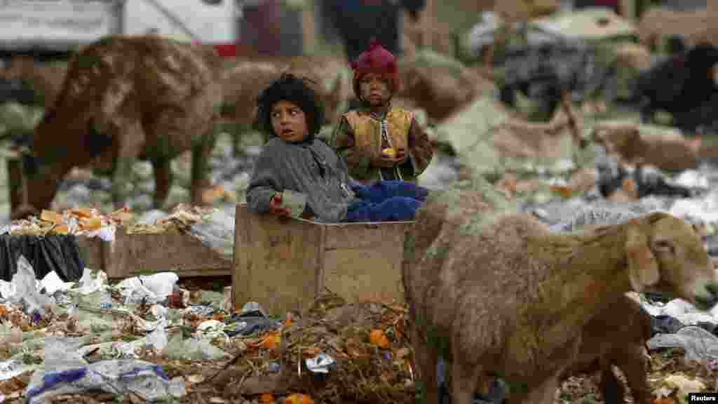 Afganistan - Igra na smetljištu, Kabul, 15.03.2012. Foto: Reuters / Omar Sobhani