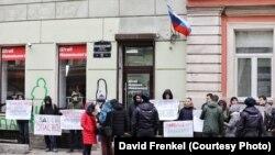 Пикет у здания штаба сторонников Алексея Навального в Санкт-Петербурге