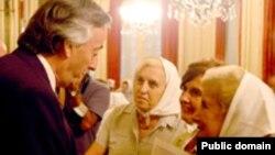 سه نفر از مادران جنبش میدان ماه مه در دیدار با نستور کرچنر، رییس جمهوری آرژانتین