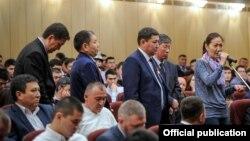 Өкмөт башчы Сапар Исаков менен жолугушууга келген Орусиядагы кыргыздар.