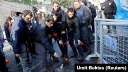 Люди приносять квіти до місця нападу, Стамбул, 1 січня 2017 року