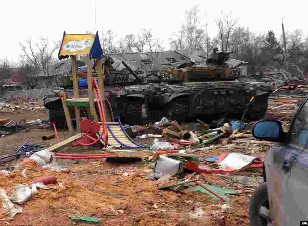 Танки проросійських бойовиків на залишках дитячої площадки у Дебальцеве, 26 лютого 2015 року
