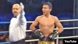 Боксер Канат Ислам на ринге.