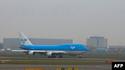 Самолет компании KLM готовится к взлету в аэропорту Амстердама. Иллюстративное фото.