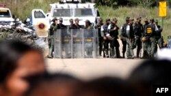 گارد ملی در نزدیکی زندان مستقر شده است. مقامهای دولتی میگویند صدها زندانی را از زندان داوید بیلورا انتقال دادهاند
