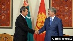Türkmen DIM-niň başlygy Reşid Meredow gyrgyz prezidenti Almazbek Atambaýew bilen görüşýär. Arhiw suraty.