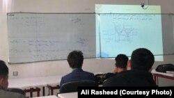 شماری از محصلین در یکی از پوهنتون های خصوصی افغانستان