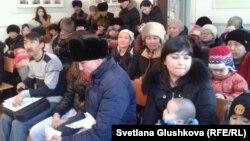 """Жильцы ЖК """"Махаббат"""" в Сарыаркинском районном суде. Астана, 12 марта 2014 года."""
