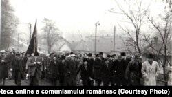 Minerii au fost considerați mereu armata subterană a partidului. Aici, minerii din Petroșani îl așteaptă pe Dej, agitând un drapel roșu.(1944, 23 noiembrie) Sursa: Fototeca online a comunismului românesc, cota: 54/1944
