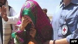 زنان کره ای آزاد شده روسری بر سر داشتند و اشک می ریختند.