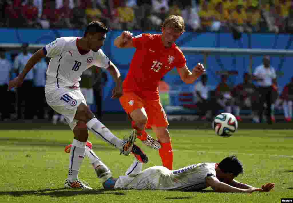 Hollandiya-Çili – 2:0. Gonzalo Jara vs. Dirk Kuyt.