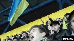 Віддані уболівальники «Металіста» сподіваються, що їхня команда зможе колись кинути виклик «Динамо» і «Шахтареві»