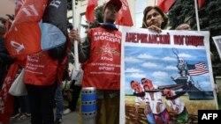 Comuniști ruși la o demonstrație anti-americană la Moscova în fața Ambasadei Ucrainei