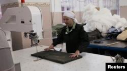 Заключенная работает в швейной мастерской в тюрьме в Красноярске.
