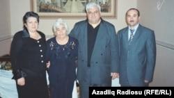 Rəna Əliyeva Firuzə xanım, əri və qardaşı Həsənlə birlikdə