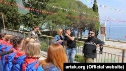 Галустян спілкується з дітьми в «Артеку»
