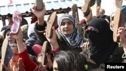 Сириялық босқындардың Башар әл-Асадқа наразылық білдіруі. Сирия-Түркия шекарасындағы босқындар лагері, 15 наурыз 2012 жыл.