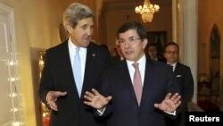John Kerry (majtas) dhe Ahmet Davutoglu gjatë një takimi të mëparshëm