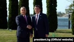 Венгриянын премьер-министри Виктор Орбан менен Кыргызстандын премьер-министри Сооронбай Жээнбеков. Орбан 2018-жылы сентябрда Кыргызстанга расмий сапар менен келген.