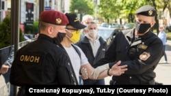 Затрыманьне Рамана Кісьляка падчас пратэсту супраць акумулятарнага заводу ў Берасьці. 10 траўня 2020 году