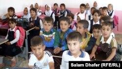 طلاب في صف بمدرسة (مصباح الهدى) شمال مدينة العمارة ، ميسان