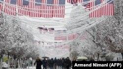 Flamuj amerikanë të vendosur në sheshet e Prishtinës. 14 dhjetor, 2018.