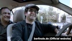 جعفر پناهی در نمایی از فیلم جدیدش «تاکسی»