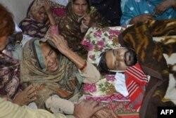 Родственники скорбят по врачу, убитому талибами за вакцинацию детей в городе Фейсалабад. Декабрь 2014 года
