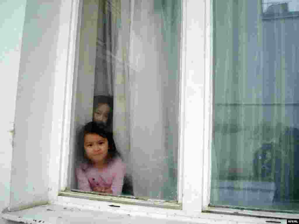 Дети казахских беженцев в общежитии, где живут их родители. Город Брно, 1 февраля 2009 года. - Дети казахских беженцев в общежитии, где живут их родители. Город Брно, 1 февраля 2009 года.