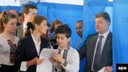 Пётр Порошенко во время голосования на избирательном участке