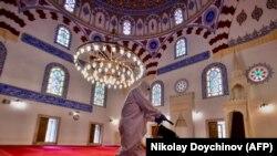 Bolgariyada masjid dezinfeksiya qilinmoqda.