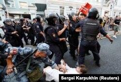 Policija privodi demonstrante tijekom prosvjeda u Moskvi zbog najavljenog pomijeranja granice za penziju, septembar 2018
