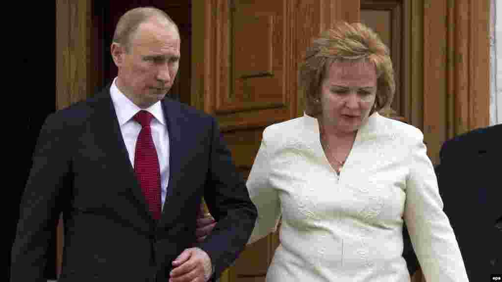 В 2012 году после четырех лет премьерства Владимир Путин вновь был избран президентом России. На снимке Путин и его жена Людмила покидают церковь после церемонии инаугурации на Соборной площади в Кремле. 7 мая 2012 года. Спустя год с небольшим супруги Путины объявят о разводе. Официально президент России пребывает в статусе разведенного.
