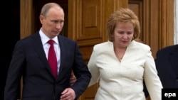 Владимир Путин (с тогдашней супругой Людмилой) покидает церемонию инаугурации 7 мая 2012 года