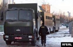 Аўтазакі вязуць затрыманых пратэстоўцаў, 24 сакавіка 2006 году