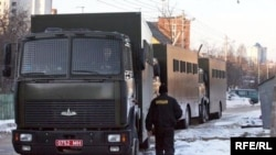 Колонна машин, доставивших участников акции на Октябрьской площади Минска в спецприемник на улице Окрестина
