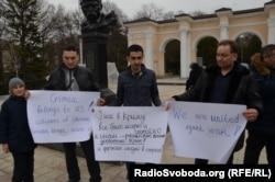 Жители города Симферополя проводят митинг против вторжения российских войск в Украину. 2 марта 2014 года.