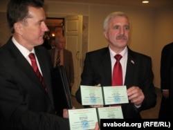 Віктар Цярэшчанка і Рыгор Кастусёў з пасьведчаньнямі кандыдатаў у прэзыдэнты ў 2010 годзе