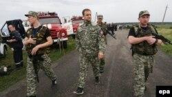 Өзін өзі Донецк облысының губернаторы деп жариялаған Павел Губарев (ортада) Малайзия әуе компаниясының Boeing 777 жолаушылар ұшағы құлаған жерде. 18 шілде 2014 жыл.