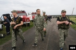 Один из лидеров сепаратистов Павел Губарев (в центре) на месте крушения самолета