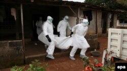 امدادگران در حال حمل یکی از قربانیان ابولا در لیبریا