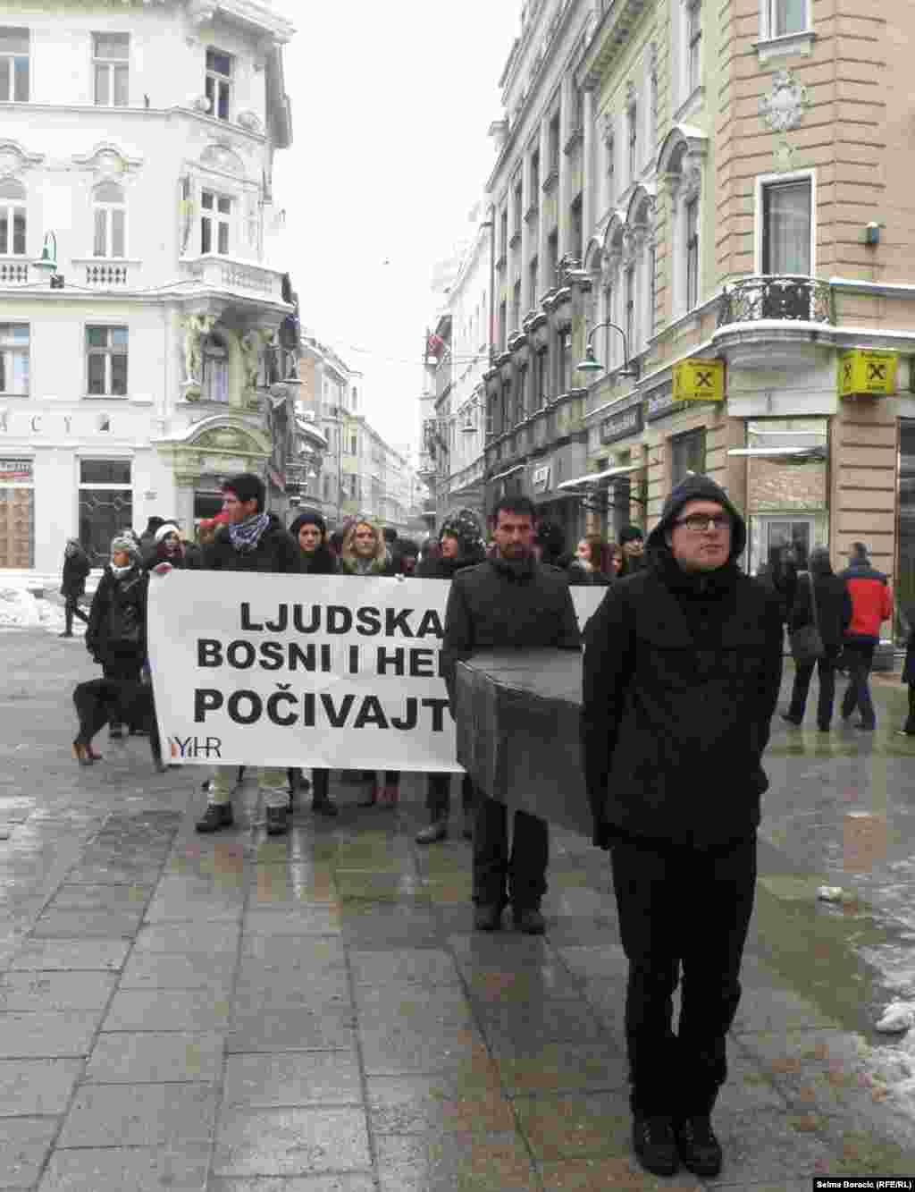 """Performans """"Sahrana ljudskih prava u BiH"""" na sarajevskim ulicama, 10. decembar 2012."""