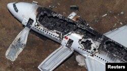 Обломки самолета Boeing 777, аварийно приземлившегося в аэропорту Сан-Франциско 6 июля 2013 года.