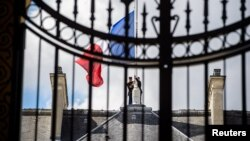 Flamuri i Francës në gjysmë-shtizë, foto nga arkivi