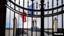 На Елисейском дворце в Париже в знак траура приспущен государственный флаг.