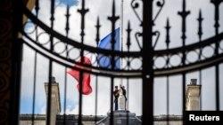 На Єлисейському палаці в Парижі, резиденції президента Франції, спускають на півщогли державний прапор на знак жалоби, 15 липня 2016 року