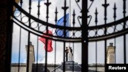 Ֆրանսիայի դրոշը՝ Ելիսեյան պալատի տանիքին